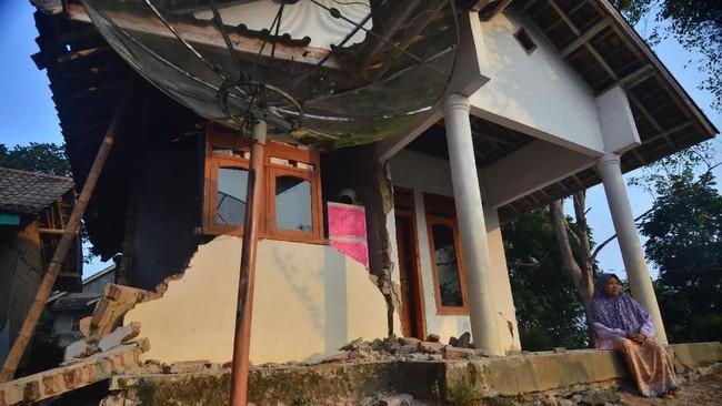 Hingga saat ini BPBD masih mengkalkukasi berapa total keseluruhan kerusakan yang melanda pasca Gempa Banten. (Photo by RONALD SIAGIAN / AFP)