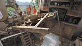 Relawan memeriksa rumah warga yang rusak akibat diguncang gempa di Kampung Karoya, Mandalawangi, Pandeglang, Banten, Sabtu (3/8/2019). Menurut data BPBD Banten dua orang meninggal dan sebanyak 112 rumah rusak berat dan ringan. (ANTARA FOTO/Asep Fathulrahman/ama)
