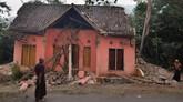 Seorang warga menatap rumahnya yang rusak di Pagdelang, Banten. (RONALD SIAGIAN / AFP)