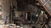 Pagi hari setelah kejadian gempa, warga mulai kembali ke rumah yang hancur dan membenahi barang-barang. (SAMMY / AFP)