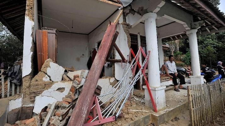 BNPB melaporkan perkembangan penanganan gempa bumi tektonik M 6,9 di Banten, Jumat (2/8/2019) pukul 19.03.21 WIB.