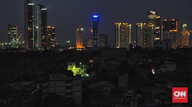 Suasana di ibu kota Jakarta, Minggu (4/8). Pemadaman listrik secara massal dan meluas terjadi di wilayah Jabodetabek, sebagian Jawa Barat dan Jawa Tengah. (CNN Indonesia/Safir Makki)
