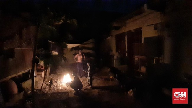 Suasana malam hari ketika mati lampu di Kota Bekasi. Jawa Barat, 4 Agustus 2019. PLN mulanya memastikan listrik akan kembali berfungsi normal pada pukul 19.26 WIB di DKI. Namun diketahui sejumlah daerah di DKI masih padam. (CNN Indonesia/Adhi Wicaksono)