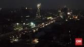 Suasana permukiman penduduk dan gedung perkantoran saat listrik padam di Mampang Prapatan, Jakarta, Minggu (4/8). Pemadaman yang terjadi mendera Jabodetabek juga berimbas kepada aktivitas perbankan, termasuk matinya sejumlah ATM. (CNN Indonesia/Tri Wahyuni)