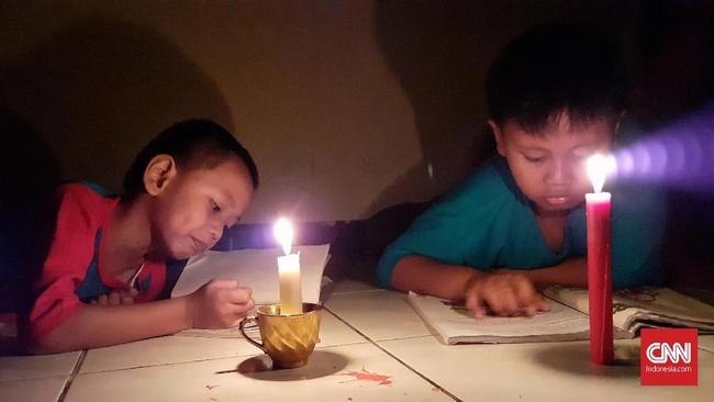 Suasana malam hari ketika mati lampu di Kota Bekasi. Jawa Barat. 4 Agustus 2019. Pemadaman listrik berimbas gangguan sejumlah fasilitas umum, mulai dari KRL, MRT, LRT hingga gardu tol. (CNN Indonesia/Adhi Wicaksono)