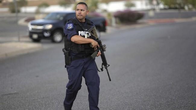 Insiden penembakan terjadi di sebuah pusat perbelanjaan di El Paso, Texas, Amerika Serikat, Sabtu (3/8). (REUTERS/Jose Luis Gonzalez)