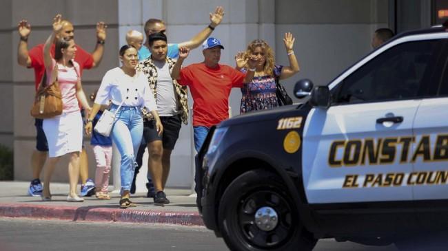 penembakan yang terjadi di pusat perbelanjaan Walmart El Paso ini menewaskan 20 orang dan melukai lebih dari 24 orang. (REUTERS/Jorge Salgado)