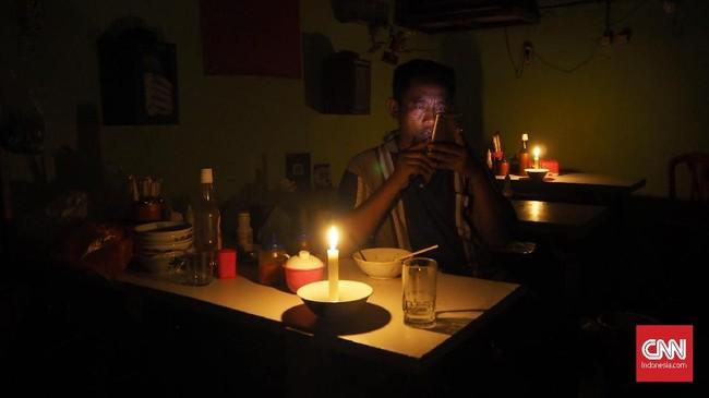 Suasana rumah warga saat listrik padam di Karet Tengsin, Jakarta, Minggu (4/8). Listrik padam sejak pukul 11.48 WIB. (CNN Indonesia/Safir Makki)