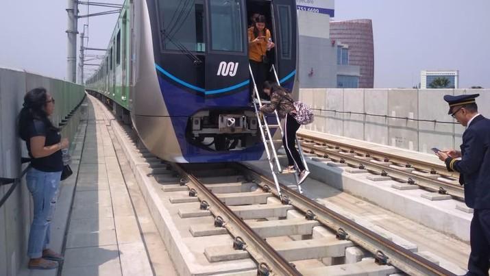 Penampakan Kereta MRT Terjebak Akibat Padam Listrik Massal
