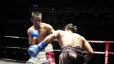 Daud Yordan berupaya melepaskan pukulan ke arah Aekkawee Kaewmanee dalam perebutan gelar tinju WBC International Challenge kelas ringan super. (Dok Mahkota Promotion)