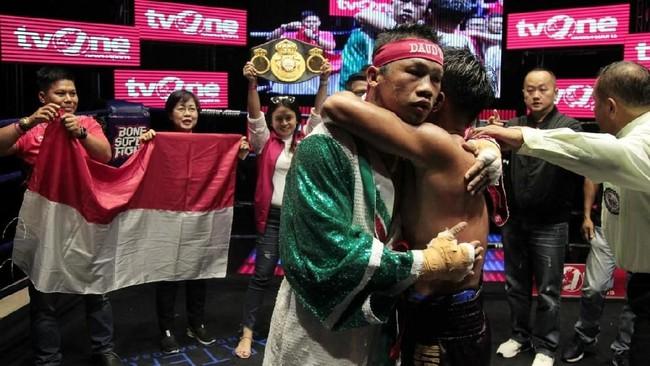 Daud Yordan memeluk Aekkawee Kaewmanee setelah pertarungan selama lima ronde yang berakhir dengan kemenangan TKO untuk petinju berusia 32 itu.(Dok Mahkota Promotion)