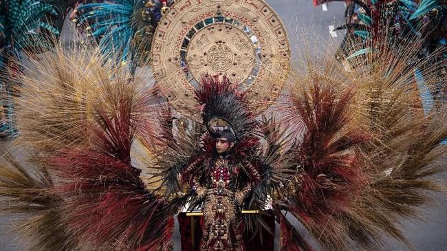 Di Jember Fashion Carnaval, Anne membawa 25 karya busana yang dirancangnya dalam waktu singkat.(JUNI KRISWANTO / AFP)