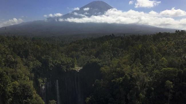 Panorama kawasan Air Terjun Tumpak Sewu dengan latar Gunung Semeru di Lumajang, Jawa Timur.