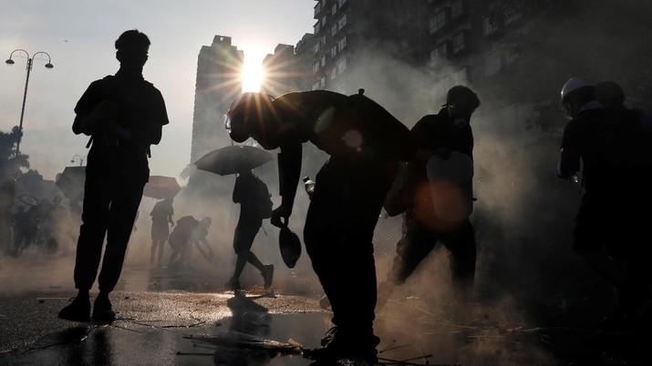 Panas! Polisi Tembakkan Gas Air Mata ke Pendemo di Hong Kong