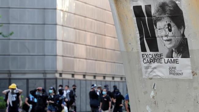 Dilaporkan aparat keamanan Hong Kong menangkap lebih dari 400 demonstran. Sebagian demonstran lainnya memblokir akses menuju kereta bawah tanah, membuat para pekerja yang tak ikut unjuk rasa terlantar di stasiun. (REUTERS/Kim Kyung-Hoon)