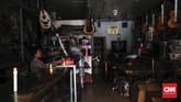 Padamnya listrik menggangu aktifitas warga. Tanpak seorang karyawan toko di Pasar Baru, Jakarta Pusat menyalakan lilin untuk penerangan, Senin (5/8).(CNNIndonesia/Safir Makki)