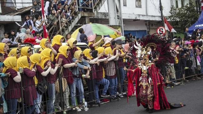 Karnaval bertaraf internasional ini mengangkat tema Tribal Grandeur yang berarti keagungan suku-suku bangsa di dunia.(JUNI KRISWANTO / AFP)
