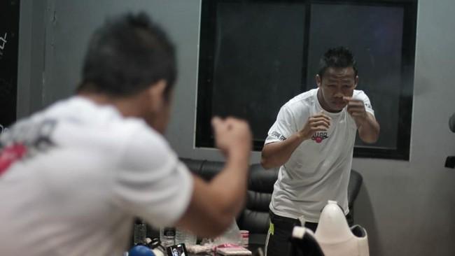Daud Yordan jelang pertandingan melawan petinju Thailand Aekkawee Kaewmanee dalam perebutan gelar WBC International Challenge kelas super ringan. (Dok Mahkota Promotion)
