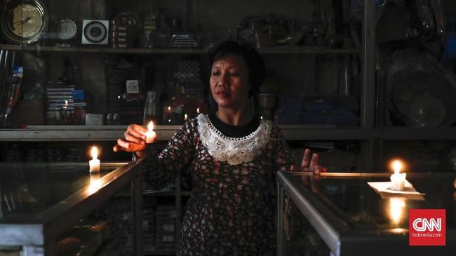 Listrik padam di wilayah DKI Jakarta dan sekitarnya, Minggu (4/8) lalu. Sehari sesudahnya, aliran listrik belum juga normal di mana sejumlah tempat masih mati lampu. (CNNIndonesia/Safir Makki)