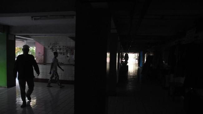 Warga beraktivitas dalam suasana gelap di Rusun Bendungan Hilir saat terjadi pemadaman listrik bergilir di Jakarta, Senin (5/8/2019). (ANTARA FOTO/Indrianto Eko Suwarso)