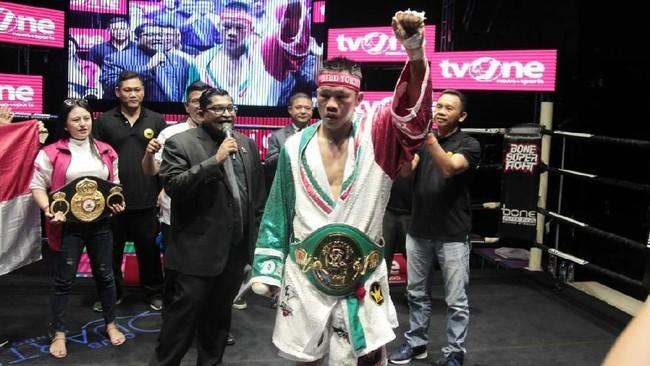 Daud Yordan berpose dengan sabuk juara WBC International Challenge usai mengalahkan Aekkawee Kaewmanee lewat kemenangan TKO. (Dok Mahkota Promotion)