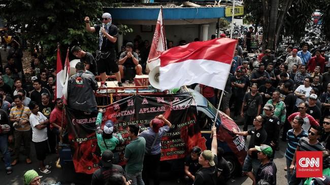 Massa yang menamakan diri Gabungan Aksi Roda Dua (Garda) Indonesia mengaku gaungan dari R2 dan R4 mitra Gojek.(CNN Indonesia/Andry Novelino)