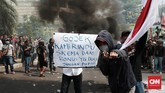 Mitra pengemudi ojek online (ojol)menggeruduk Kantor Gojek Pasaraya Blok M, Jakarta Selatan untuk melakukan aksi demonstrasi. (CNN Indonesia/Andry Novelino)