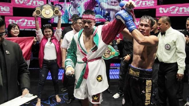 Daud Yordan dinyatakan sebagai pemenang oleh wasit setelah menang lewat TKO atas petinju Thailand Aekkawee Kaewmanee. (Dok Mahkota Promotion)
