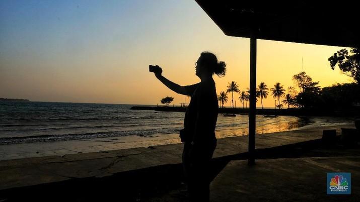 Sepinya pengunjung mengakibatkan banyak wahana wisata di pantai ini hanya terparkir menunggu wisatawan yang akan menggunakan jasanya.