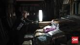 Listrik padam menimbulkan kerugian pada warga, terutama bagi mereka yang punya usaha. (CNNIndonesia/Safir Makki)