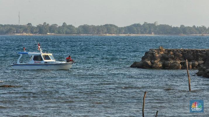 Warga melintas di Kawasan Pantai Carita, Banten, Minggu (8/4/2019). Usai diguncang gempa pantai Carita sepi Pengunjung.  Sepi pengunjung ini sudah terjadi sejak Tsunami melanda Desember tahun lalu. Kejadian ini mengakibatkan pengunjung dan pendapatan para pencari nafkah disekitar sini lesu.