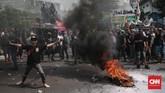 Aksi demonstrasi berakhir ricuh, massa melakukan aksi bakar atribut jaket Gojek. (CNN Indonesia/Andry Novelino)