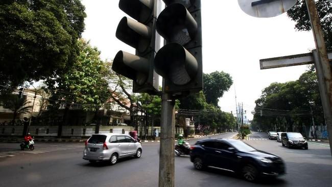 Listrik yang padam juga berimbas pada lampu lalu lintas. Tercatat ada 21 titik lampu lintas yang mati sehingga menimbulkan kepadata. (ANTARA FOTO/Rivan Awal Lingga)
