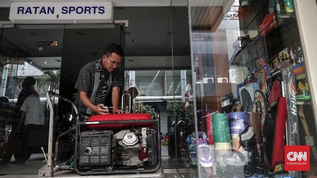 Karyawan menyiapkan genset saat listrik padam di kawasan pertokoan Pasar Baru, Jakarta, Senin, 5 Agustus 2019. Pemadaman listrik masih berlangsung dan secara bergiliran. (CNNIndonesia/Safir Makki)