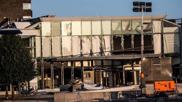 Ledakan menyebabkan kerusakan parah pada bagian luar gedung, namun tidak ada yang terluka.