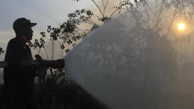 Kebakaran lahan gambut juga terjadi di di Desa Peulanteun, Kecamatan Bubon, Aceh Barat, Aceh. Petugas terus berupaya memadamkan api. (ANTARA FOTO/Syifa Yulinnas)