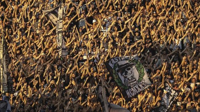 Atraksi dari suporter PAOK FC saat mendukung tim kesayangan mereka dalam laga kontra Ajax Amsterdam pada leg pertama babak ketiga play off Liga Champions musim 2019/2020. (AP Photo/Giannis Papanikos)