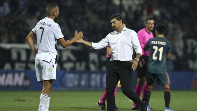 Pelatih PAOK Abel Ferreira (kanan) bersalaman dengan pemain Ajax Omar El Kaddouri usai pertandingan. (AP Photo/Giannis Papanikos)