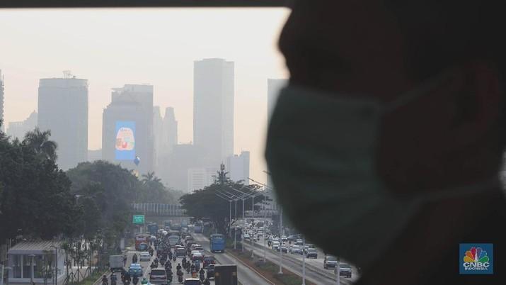 Suasana pemandangan gedung perkantoran ibukota pagi hari di kawasan Senayan, Jakarta, Rabu (7/8). Dua hari usai listrik sepenuhnya pulih, Jakarta kembali ke jajaran atas kota dengan kadar polusi udara tertinggi dunia. Berdasarkan situs pemantau kualitas udara AirVisual.com yang dipantau pukul 08.49 WIB, Jakarta menduduki peringkat kedua atau berada di atas Hanoi, Vietnam. Skor Air Quality Index (AQI) Jakarta mencapai 154 atau berkategori unhealthyalias tak sehat, dengan PM 2,5 senilai 60.8 µg/m³. Sedangkan Hanoi memiliki skor 161. (CNBC Indonesia/Muhammad Sabki)