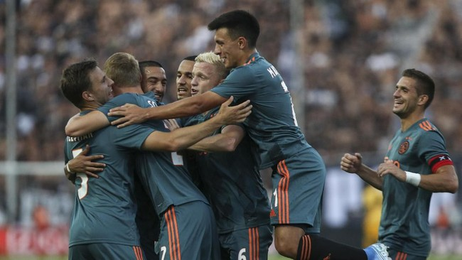 Para pemain Ajax Amsterdam merayakan gol yang dicetak Hakim Ziyech ke gawang PAOK FC yang sempat membuat timnya unggul lebih dulu 1-0 pada leg pertama babak play ketiga Liga Champions. Dua gol Ajax dicetak Ziyech dan Klaas-Jan Huntelaar. (AP Photo/Giannis Papanikos)