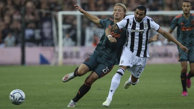 Pemain PAOK FC, Jose Angel memperebutkan bola dengan penyerang Ajax Amsterdam Kasper Dolberg pada leg pertama babak play off ketiga Liga Champions yang berakhir imbang 2-2. (AP Photo/Giannis Papanikos)