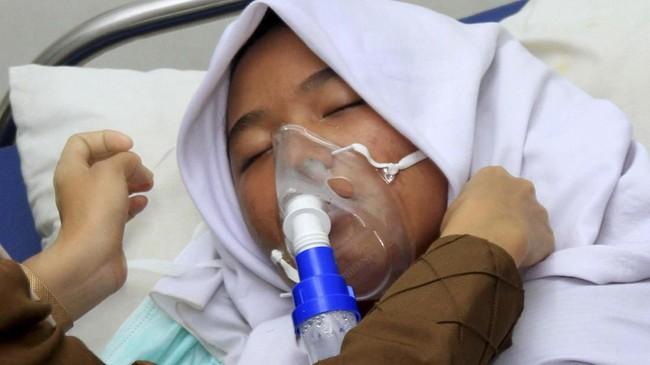 Sebanyak enam orang siswa terpaksa dilarikan ke Pukesmas Cot Seumeureung, Kecamatan Samatiga, Aceh Barat, Aceh terdekat karena mengalami gangguan pernafasan yang ditimbulkan akibat kabut asap. (ANTARA FOTO/Syifa Yulinnas)