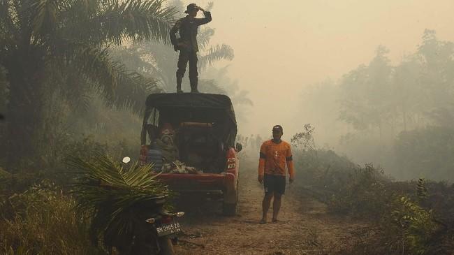 Kebakaran hutan dan lahan menyebabkan kabut asap di sejumlah wilayah seperti yang terjadi di Kumpeh Ulu, Muarojambi, Jambi. (ANTARA FOTO/Wahdi Septiawan)
