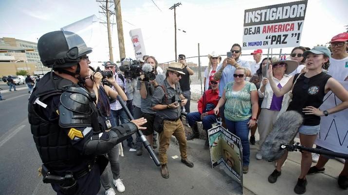 Kunjungi Korban Penembakan Massal, Trump Disambut Demo