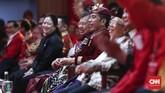 Presiden Joko Widodo saat mendengarkan pidato Megawati di Kongres V PDIP.(CNN Indonesia/Safir Makki)