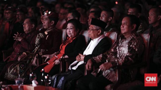 Di kursi tamu, Joko Widodo dan Prabowo Subianto duduk bersama, mengapit Megawati dan Ma'ruf Amin. Ini adalah kali kedua Jokowi dan Prabowo bertemu pasca-pemilu presiden 2019. (CNN Indonesia/Safir Makki)