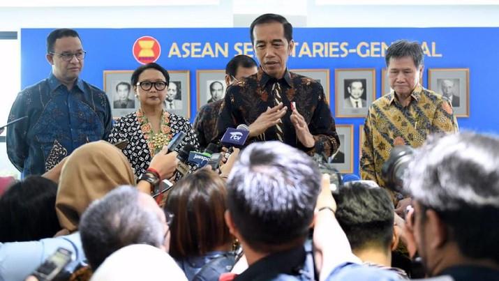Presiden Joko Widodo (Jokowi) mengaku komposisi kabinet yang baru nantinya lebih banyak diisi kalangan profesional ketimbang partai politik.
