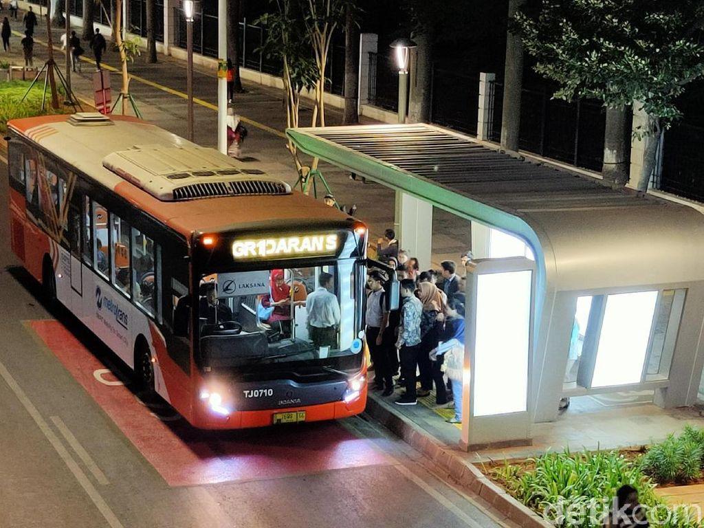 Fasilitas sarana dan prasarana publik seperti Halte Feeder Busway juga terlihat sangat indah dan nyaman dengan balutan lampu yang terang benderang.