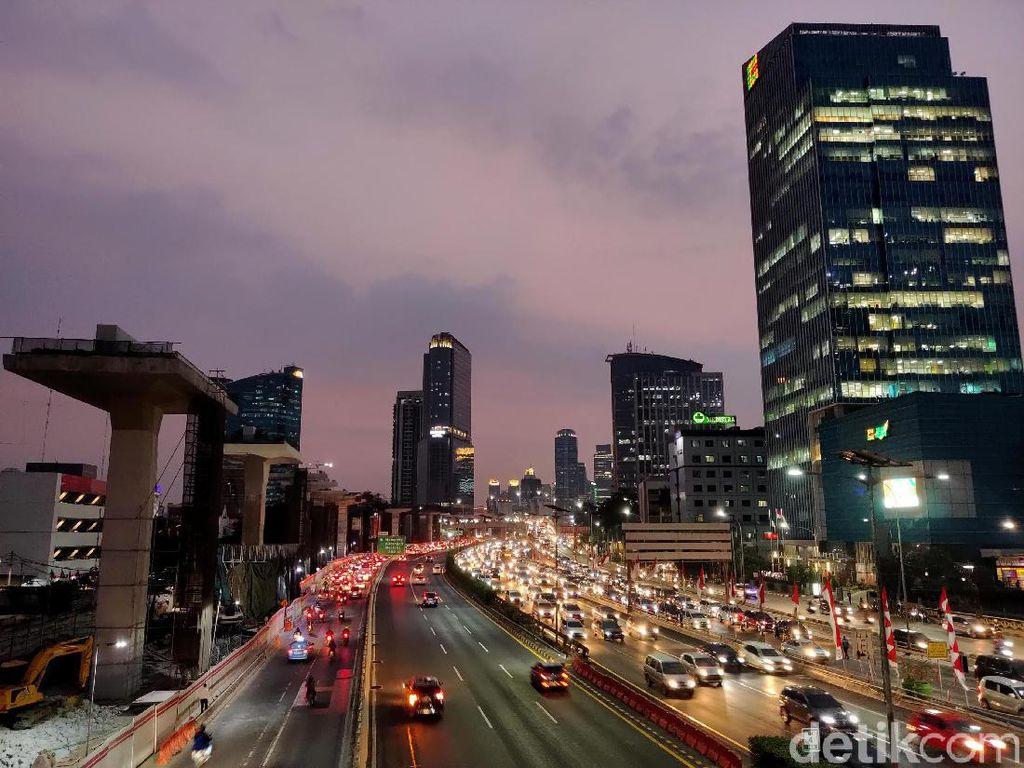 Lampu kendaraan yang dipadukan dengan cahaya lampu gedung bertingkat di Jakarta terlihat sangat indah.
