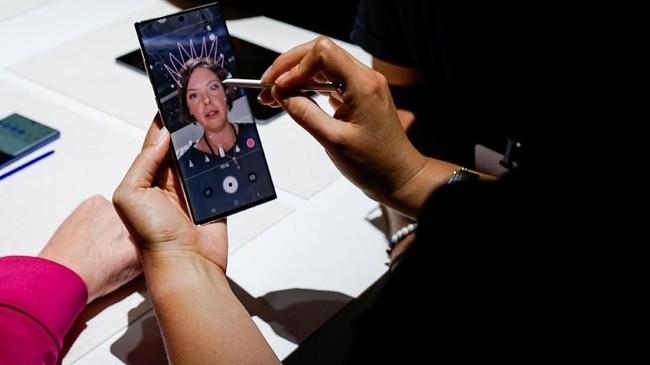 Smartphone ini menggunakan 4 kamera, kamera utama 12 MP dengan sensor OIS, bukaan f/1,5 hingga f/2,4. (REUTERS/Eduardo Munoz)